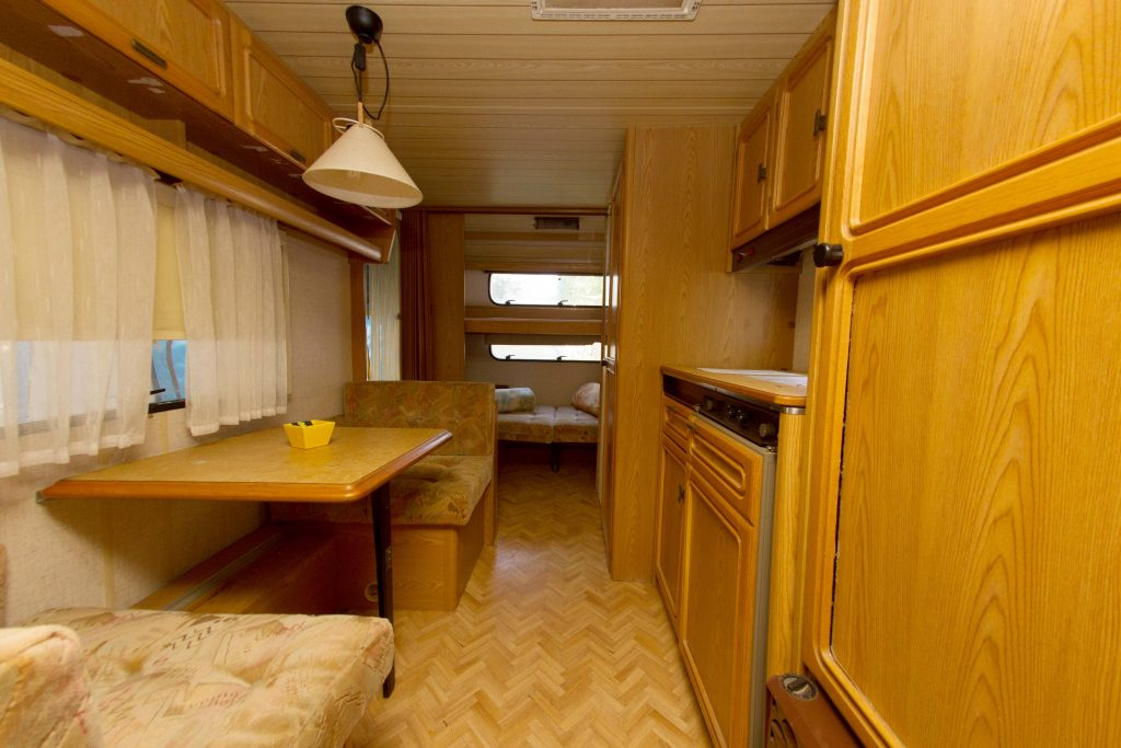 Interior caravana Camping Serra